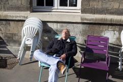 14 février 2019. Alexandre prend le soleil dans la cour de l'hôpital. Il attend son départ dans une clinique qui doit servir de transition avec son retour à domicile.