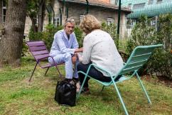 18 juin 2019. Alexandre est de retour à l'hôpital Sainte-Anne. Il a été pris entrain de fumer un joint dans la chambre de la policlinique. C'est un facteur délirogène? La mère d'Alexandre, 76 ans et psychanalyste clinique, vient lui rendre visite de temps en temps. Il dit qu'«elle comprend la maladie, mais que c'est dur pour elle de venir souvent».