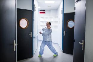 11 janvier 2019. Thomas fait du wing-chun, un art martial à base de mouvement de mains, au sein du service fermé de l'hôpital Sainte-Anne. Les soignants ont compris qu'il s'agissait d'un hobby et le laissent faire en tout lieu.