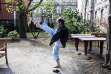 26 mars 2019. Thomas fait du wing-chun, un art martial à base de mouvement de mains, dans la cour de l'hôpital. Les soignants ont compris qu'il s'agissait d'un hobby et le laissent faire en tout lieu.