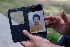 19 juillet 2019. Thomas montre une image de lui enfant sur son téléphone portable.