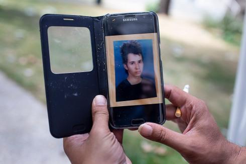 19 juillet 2019. Thomas montre une image de lui aadolescent sur son téléphone portable.