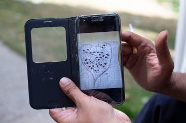19 juillet 2019. Thomas montre un dessin qu'il a réalisé sur son téléphone portable.