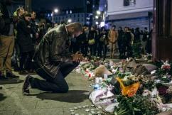14 novembre 2015, Paris (75). Au lendemain des attentats à Paris, les habitants se recueillent rue Bichat, devant le Carillon et le petit Cambodge.