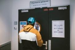 """23 avril 2019. Jérôme a quitté le service fermé. Loïc l'interpelle à travers la porte : """"Tu m'attends en bas dans 5 minutes ! On mange ensemble"""". Ils ont noué une vraie complicité."""