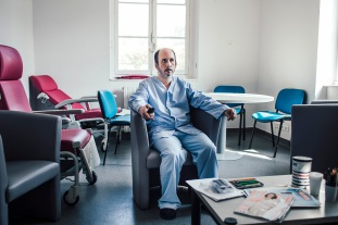 2 avril 2019. Thomas dans la salle de détente du service ouvert de l'hôpital Sainte-Anne.