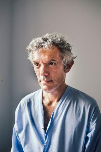 Alexandre a 48 ans. Il a été hospitalisé à la demande du préfet. Il écoutait la musique fort. Un voisin lui a demandé de baisser le son. Il est sorti avec un couteau. « Je ne le menaçais pas. Ce n'est pas parce que j'ai un petit canif que j'allais l'agresser. »